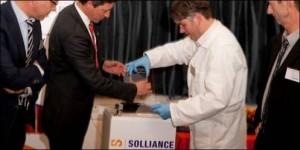 Wiro Zijlmans (CEO van Smit Ovens en voorzitter van de Industriële Adviesraad van Solliance) plaatst de eerste CIGS-cel van de nieuwe productielijn in zijn houder