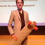 René Roman Smeets met zijn lange-afstand skateboard, versterkt met vlasvezel