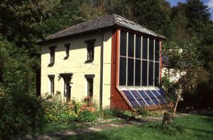 Huis met zonnepanelen tegen een muur