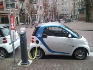 Opladen van een elektrische auto in Amsterdam