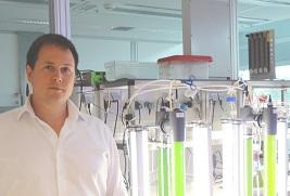 Dirk den Ouden in het laboratorium van Photanol