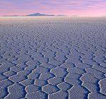 De Salar de Uyuni, het grootste geologische voorkomen van lithium. Lithium is een essentieel element voor moderne accu's, belangrijk voor energieopslag.