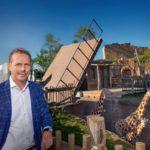 Bioklapbrug in de dierentuin van Emmen, met Rob Voncken, voorzitter van Green PAC.