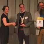 Gordana Hofmann-Jovic, van InfraServ-Knapsack, de sponsor van de Innovatieprijs voor het groene materiaal van het jaar, Eduardo Gordillo, en Michael Carus van het nova-Institut.