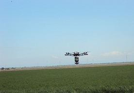 Demonstratie van toediening van een bestrijdingsmiddel door een drone.