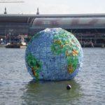 In 2012 maakte Peter Smith een plastic wereldbol uit plastic afval, om aandacht te vragen voor dit vraagstuk. Hij dreef een tijdlang in Amsterdam. Foto: Peter Smith.