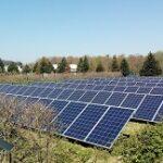 Het duurde even voordat zonnepanelen eraan kwamen, maar nu zulen ze het energielandschap grondig veranderen. Foto: Wikimedia Commons.