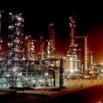 Voorlopig gebruikt de wereld nog veel fossiele brandstoffen. Foto: olieraffinaderij in India. Kendash, Wikimedia Commons.