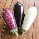 Aubergines (brinjal) bestaan in vele varianten. Foto: Grey Geezer, Wikimedia Commons.